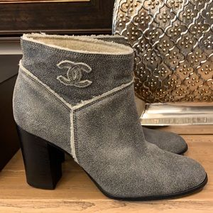 Authentic Chanel suede shearling boots siz…